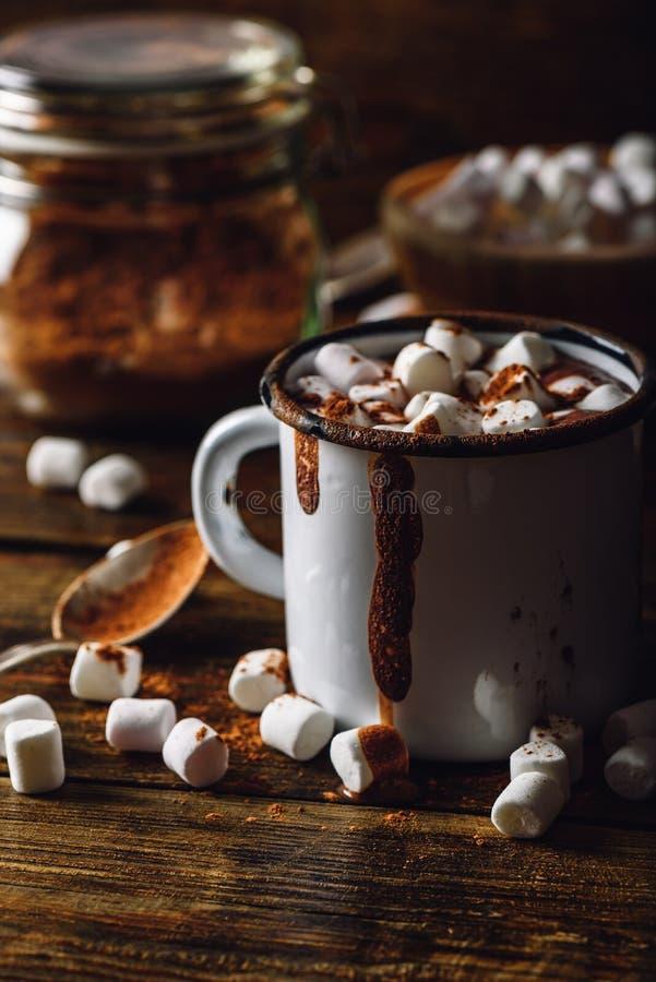 Taza de cacao con la melcocha imagenes de archivo