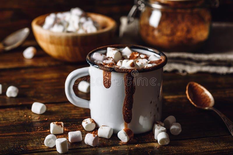 Taza de cacao con las melcochas fotos de archivo