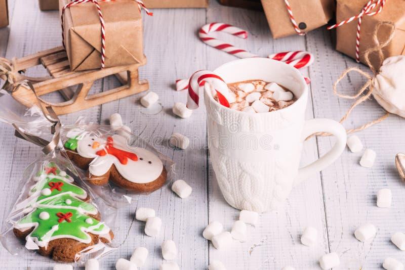 Taza de cacao o de chocolate en fondo de madera de la Navidad imagenes de archivo
