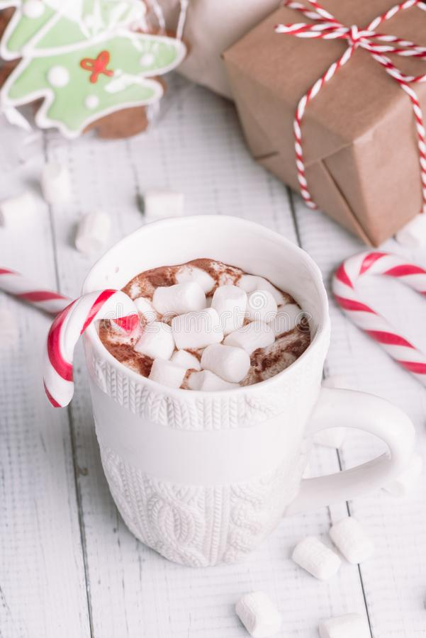 Taza de cacao o de chocolate en fondo de madera de la Navidad fotos de archivo libres de regalías