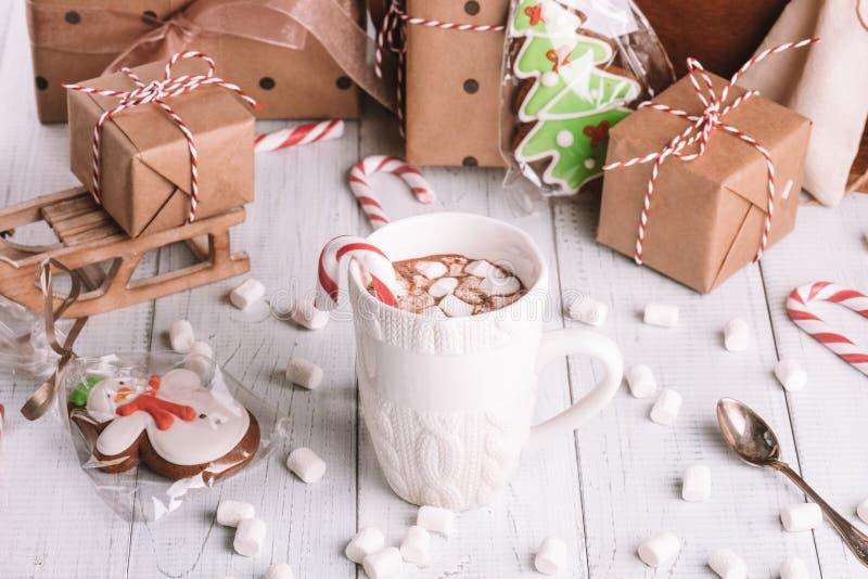 Taza de cacao o de chocolate en fondo de madera de la Navidad foto de archivo