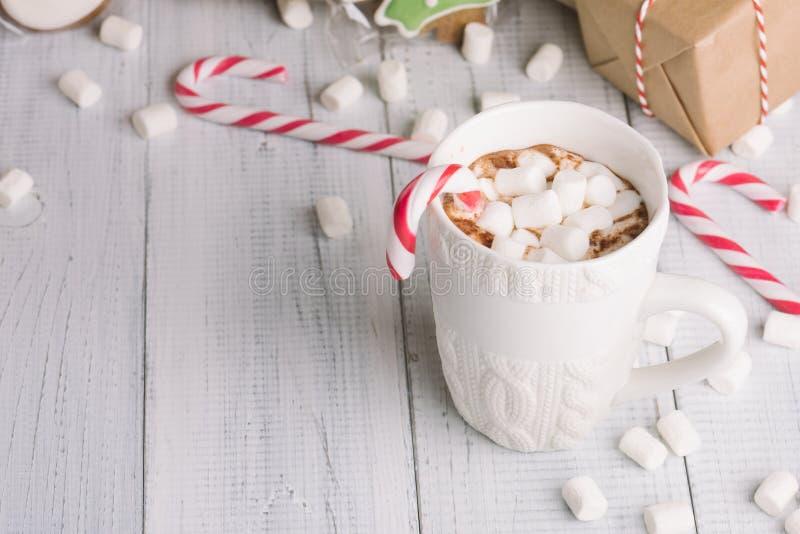 Taza de cacao o de chocolate en fondo de madera de la Navidad imágenes de archivo libres de regalías