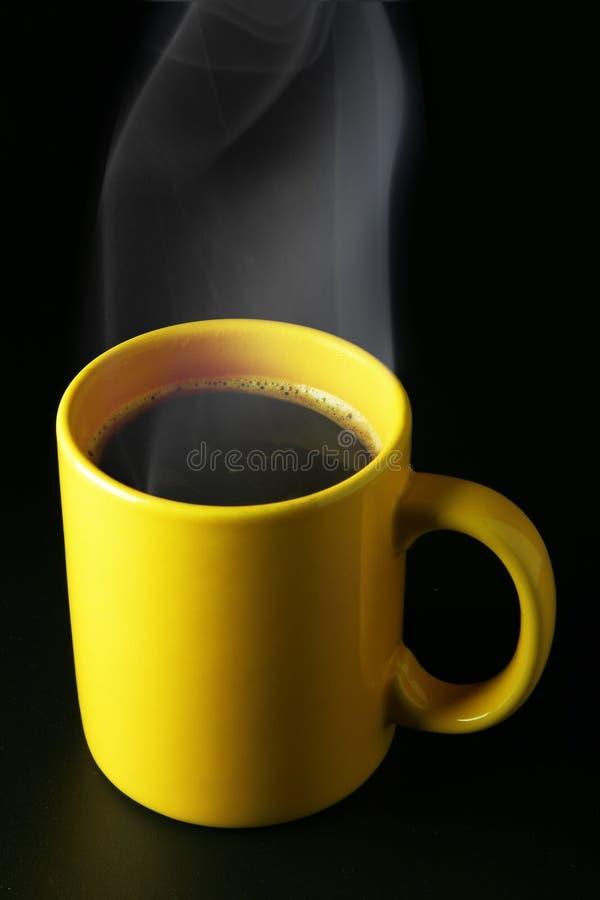 Taza de café amarilla con vapor imagen de archivo libre de regalías