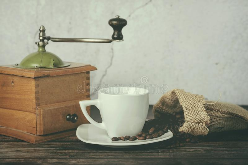 Taza de café, de amoladora de café y de granos de café fotos de archivo libres de regalías