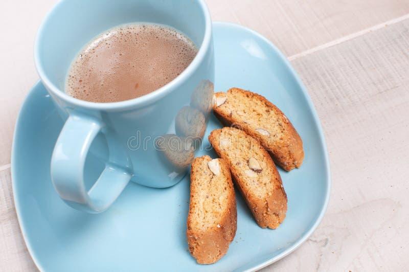 Taza de café azul con cacao y galletas fotos de archivo libres de regalías