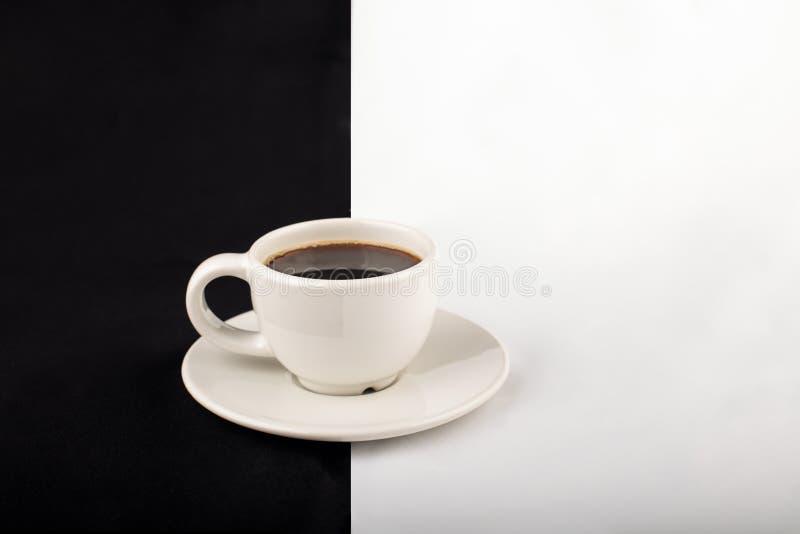 Taza de café blanca contra fondo del contraste imagen de archivo