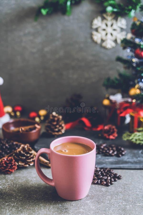 taza de café caliente con la decoración de la Navidad fotografía de archivo