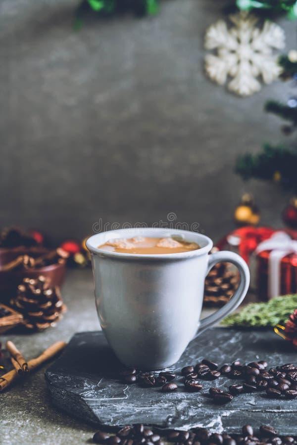 taza de café caliente con la decoración de la Navidad foto de archivo libre de regalías