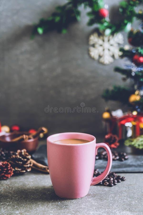 taza de café caliente con la decoración de la Navidad foto de archivo
