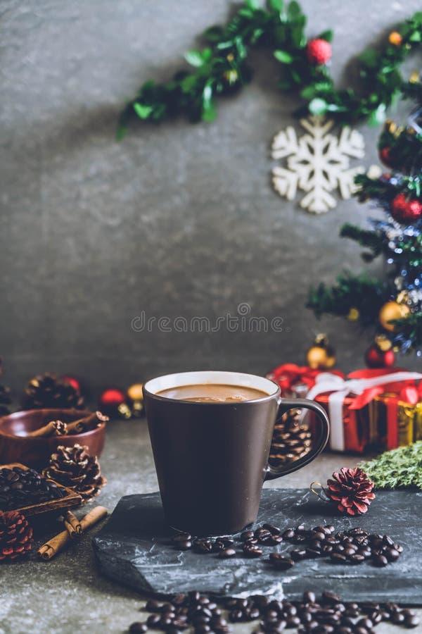 taza de café caliente con la decoración de la Navidad fotos de archivo libres de regalías