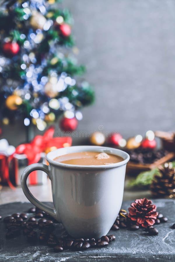 taza de café caliente con la decoración de la Navidad imágenes de archivo libres de regalías