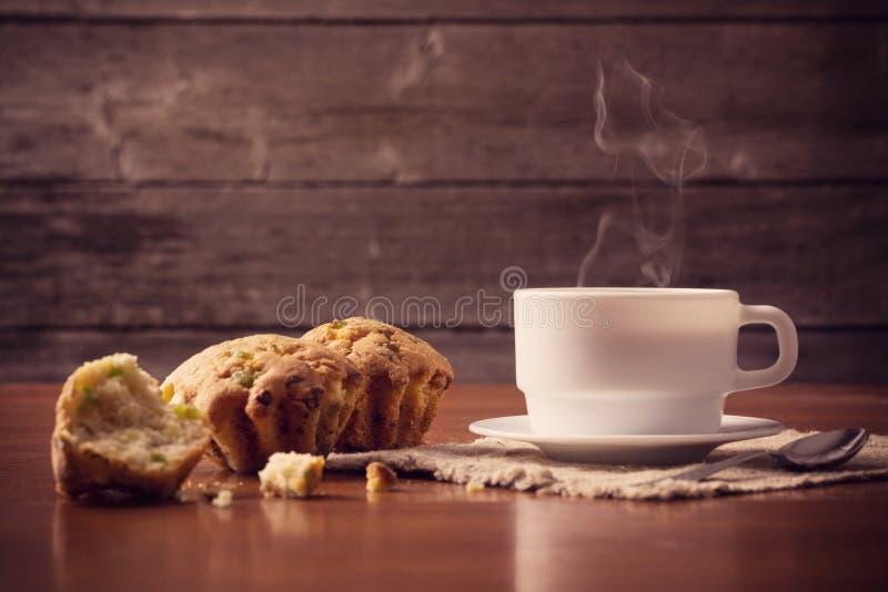 Taza de café caliente con la torta foto de archivo