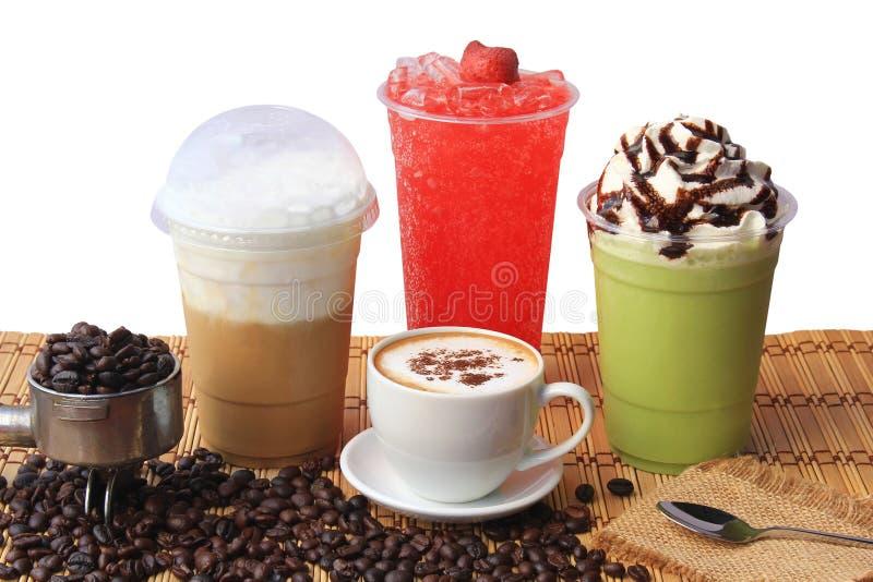 Taza de café caliente con los granos de café en la tabla de madera, el café frío, el té verde helado del matcha y la soda de la f imagenes de archivo