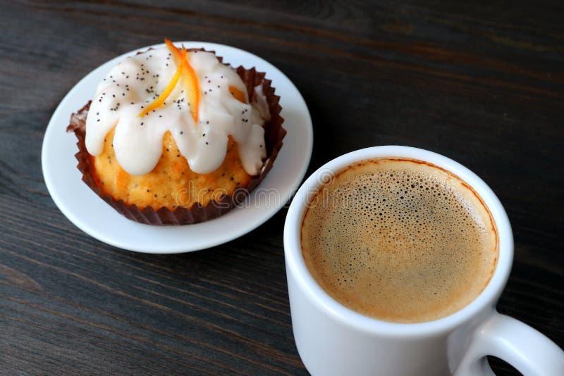 Taza de café caliente con Poppy Seed Yogurt Cake Served anaranjada en la tabla de madera imágenes de archivo libres de regalías