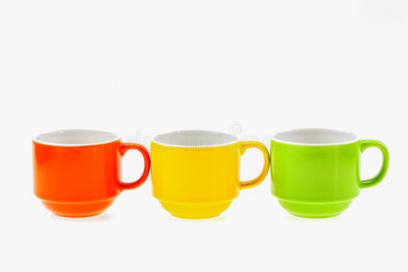 Taza de café colorida aislada en el fondo blanco, estudio s de la imagen imágenes de archivo libres de regalías