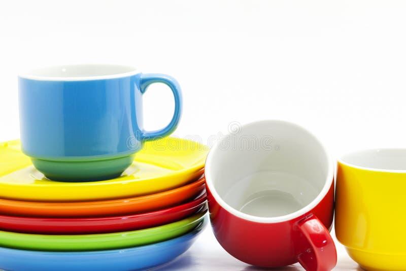 Taza de café colorida aislada en el fondo blanco, estudio s de la imagen foto de archivo