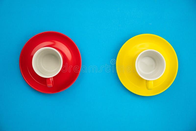 Taza de café colorida en fondo de papel azul foto de archivo libre de regalías