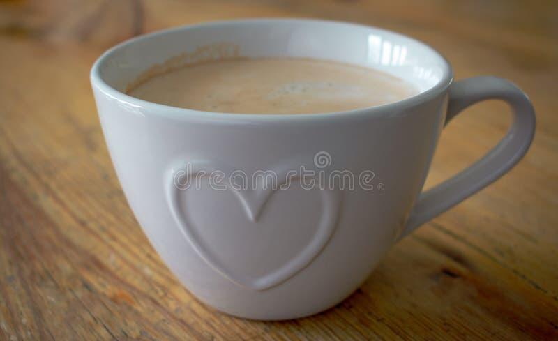 Taza de café con dimensión de una variable del corazón fotos de archivo