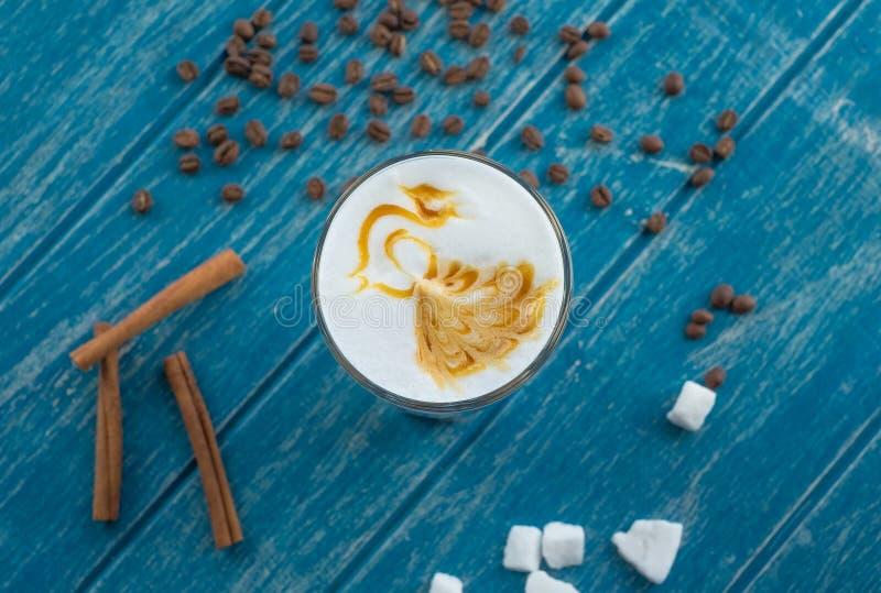 Taza de café con el azúcar y el canela fotografía de archivo libre de regalías