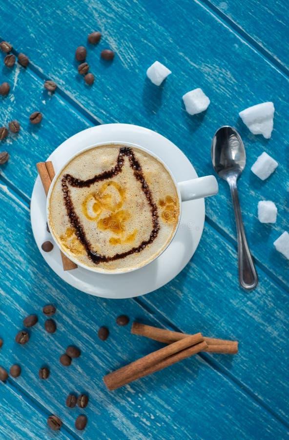 Taza de café con el azúcar y el canela foto de archivo libre de regalías