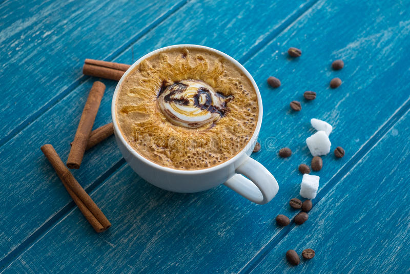Taza de café con el azúcar y el canela imagen de archivo