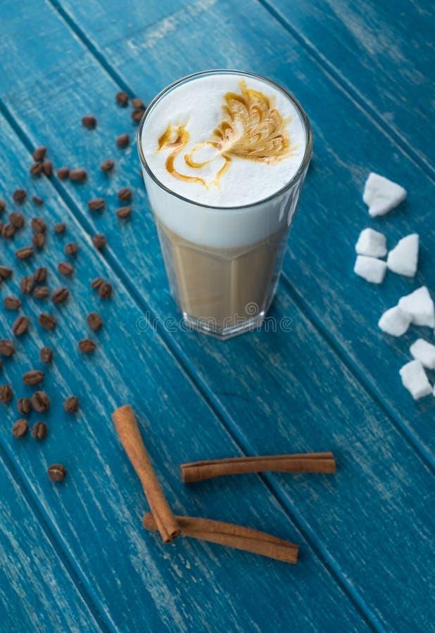 Taza de café con el azúcar y el canela imagen de archivo libre de regalías