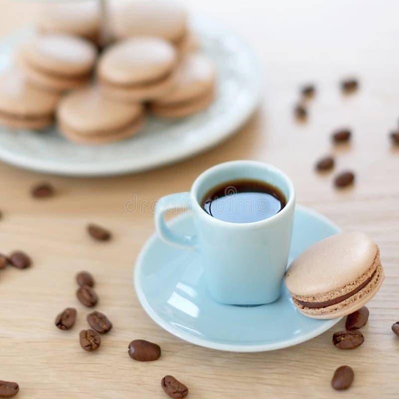 Taza de café con el macaron imagen de archivo libre de regalías
