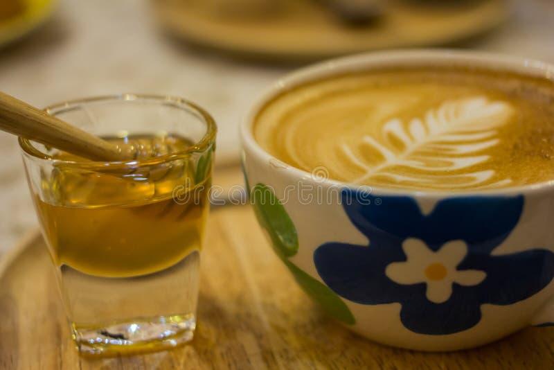 Taza de café con el modelo de la hoja en una taza blanca imagen de archivo libre de regalías