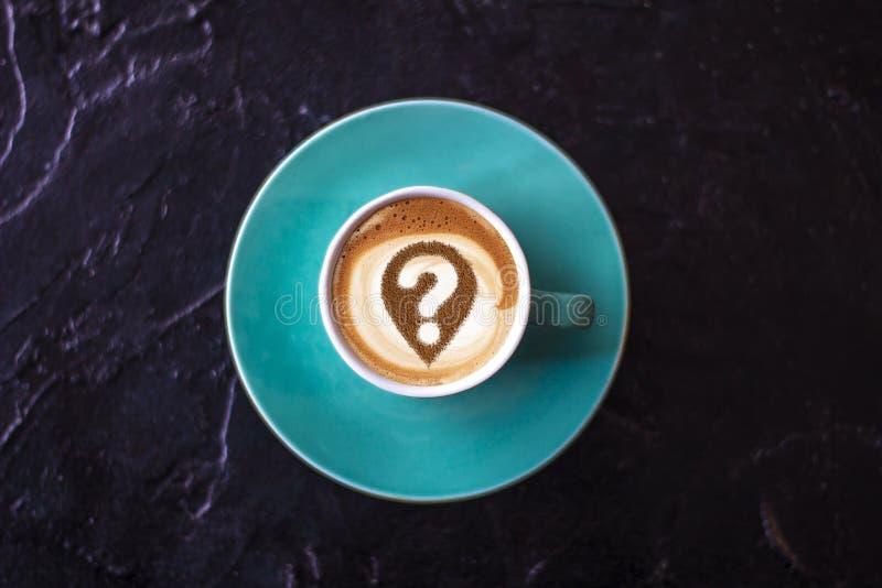 Taza de café con el signo de interrogación fotos de archivo