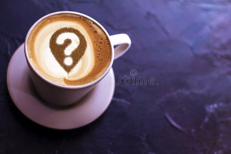 Taza de café con el signo de interrogación foto de archivo libre de regalías