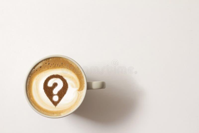 Taza de café con el signo de interrogación imagenes de archivo