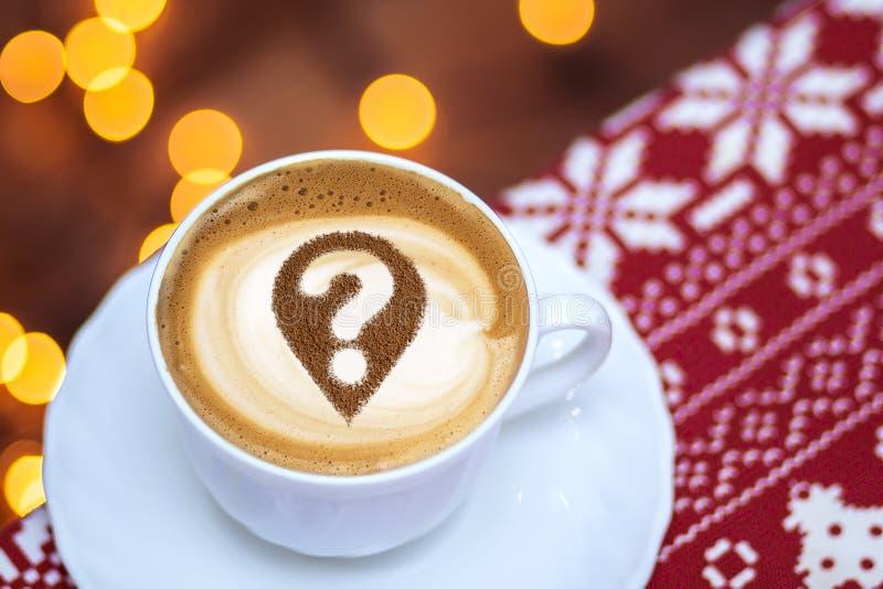 Taza de café con el signo de interrogación foto de archivo