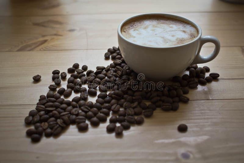 Taza de café con espuma fotografía de archivo