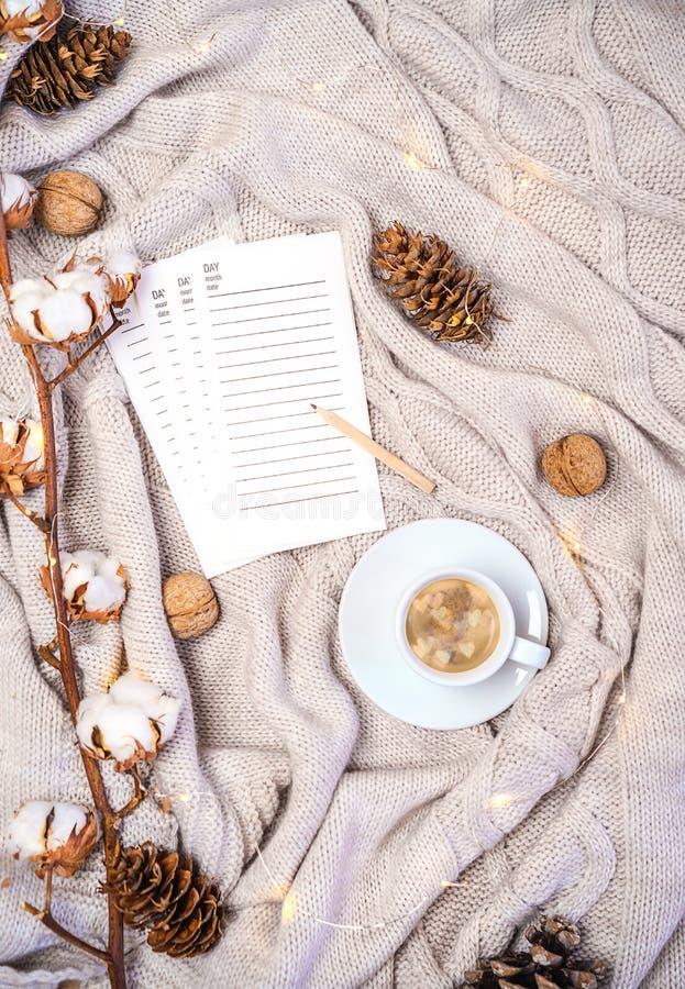 Taza de café con formas de los corazones, páginas del diario para escribir nuevos planes o los regalos de las compras, rama del a imagenes de archivo
