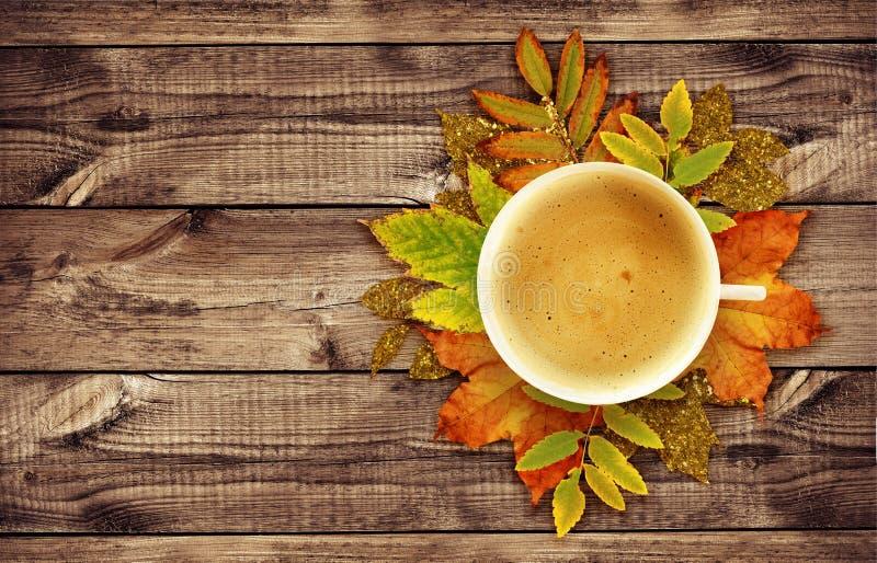 Taza de caf con la decoraci n del oto o de las hojas for Decoracion con hojas secas