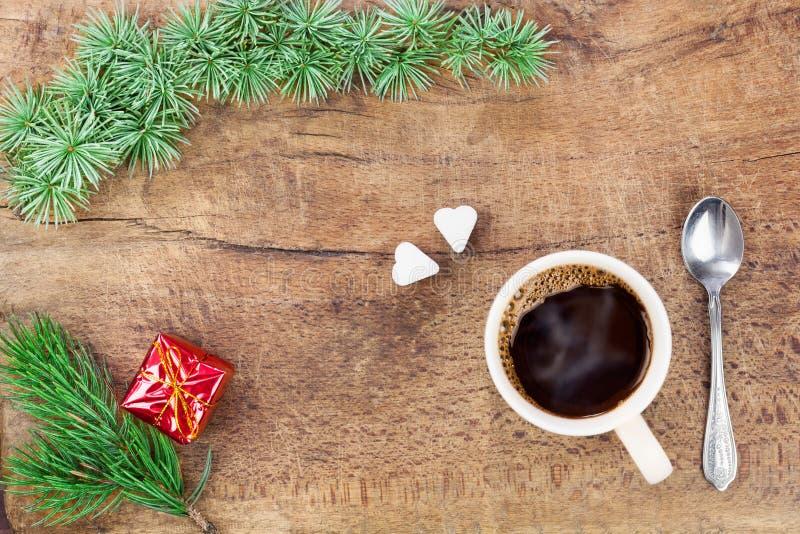 Taza de café con la decoración I de la Navidad fotos de archivo