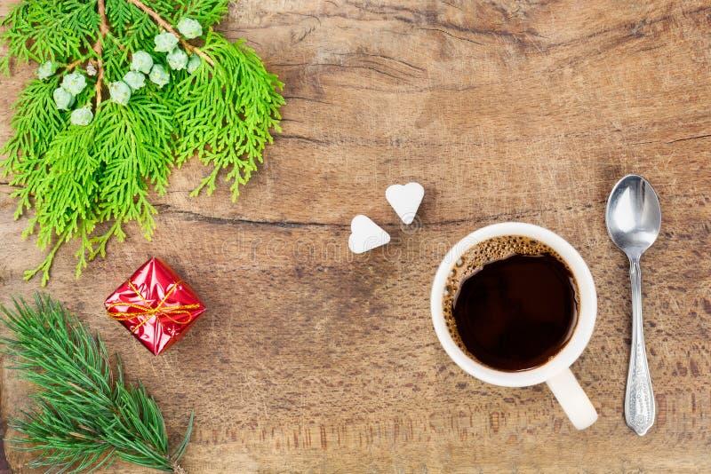 Taza de café con la decoración II de la Navidad imagen de archivo