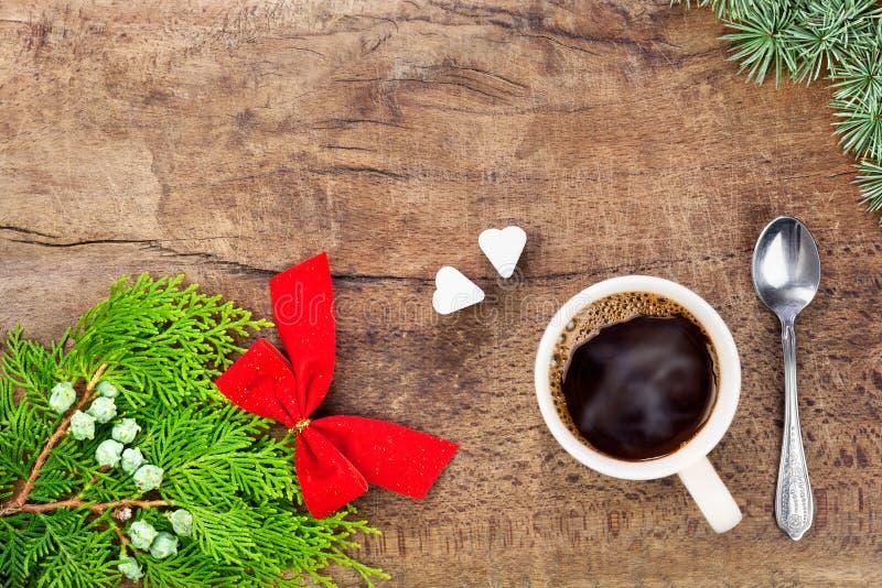 Taza de café con la decoración V de la Navidad imagen de archivo