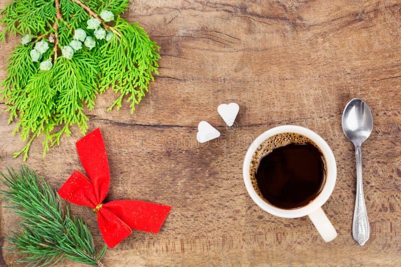 Taza de café con la decoración VI de la Navidad foto de archivo