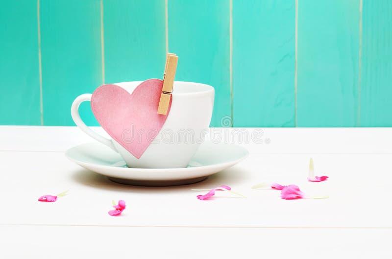 Taza de café con la etiqueta del corazón foto de archivo