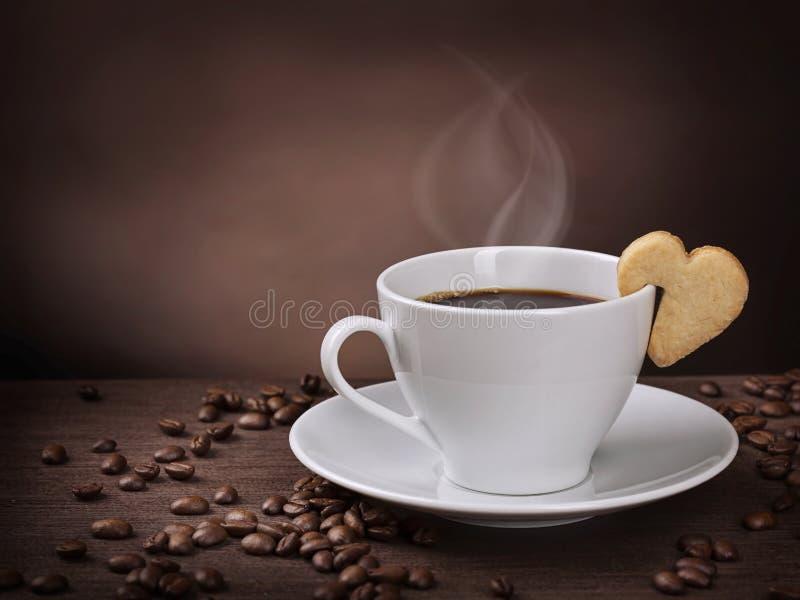 Taza de café con la galleta imagen de archivo libre de regalías