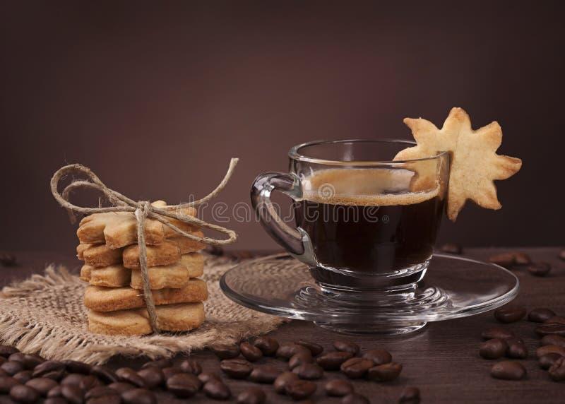 Taza de café con la galleta fotos de archivo libres de regalías