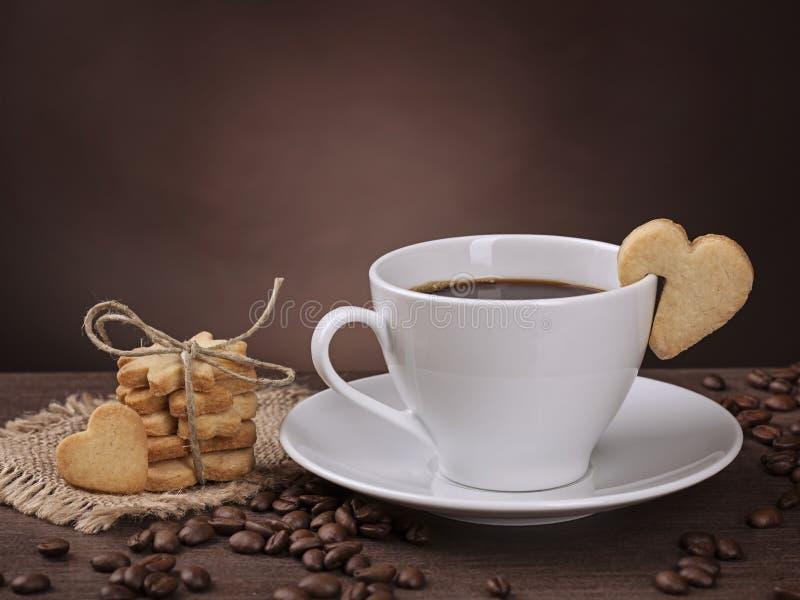 Taza de café con la galleta imagenes de archivo