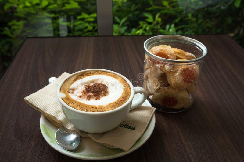 Taza de café con la galleta para el servicio imagen de archivo libre de regalías