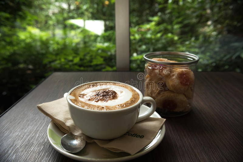 Taza de café con la galleta para el servicio foto de archivo libre de regalías