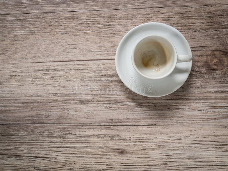 Taza de café con la mancha en la tabla de madera fotografía de archivo libre de regalías