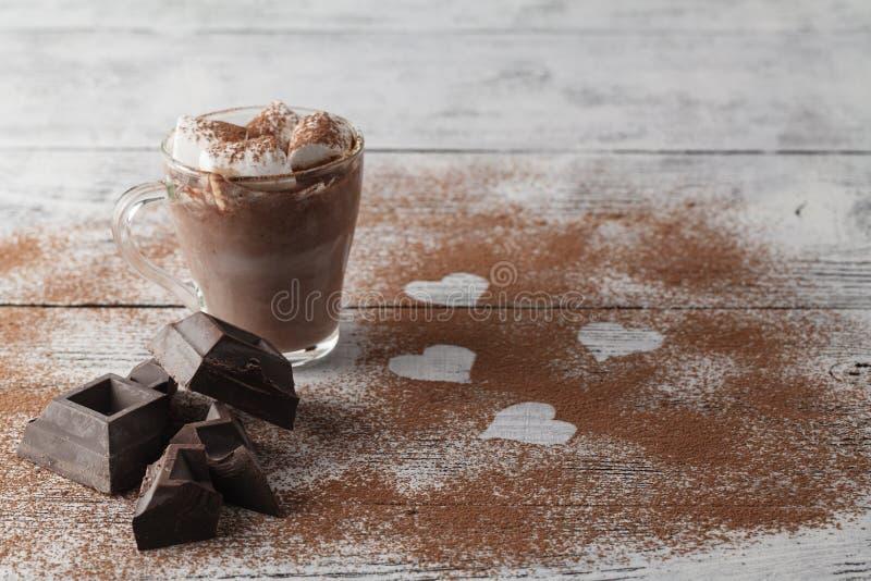 Taza de café con la melcocha y el chocolate en la tabla de madera fotografía de archivo libre de regalías