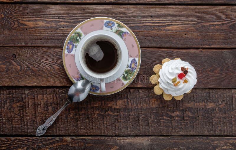 Taza de café con la torta en fondo de madera oscuro Visión superior imagen de archivo libre de regalías