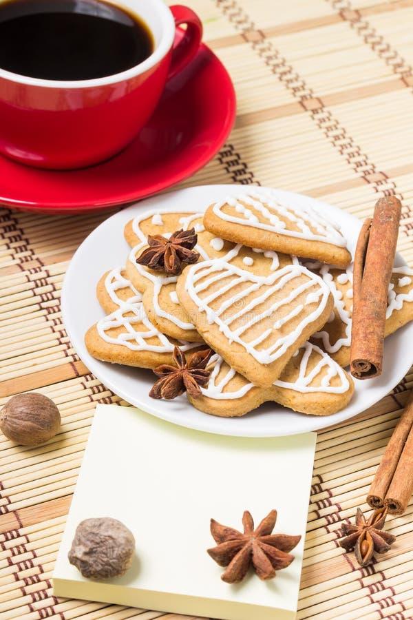 Taza de café con las galletas del pan de jengibre imágenes de archivo libres de regalías