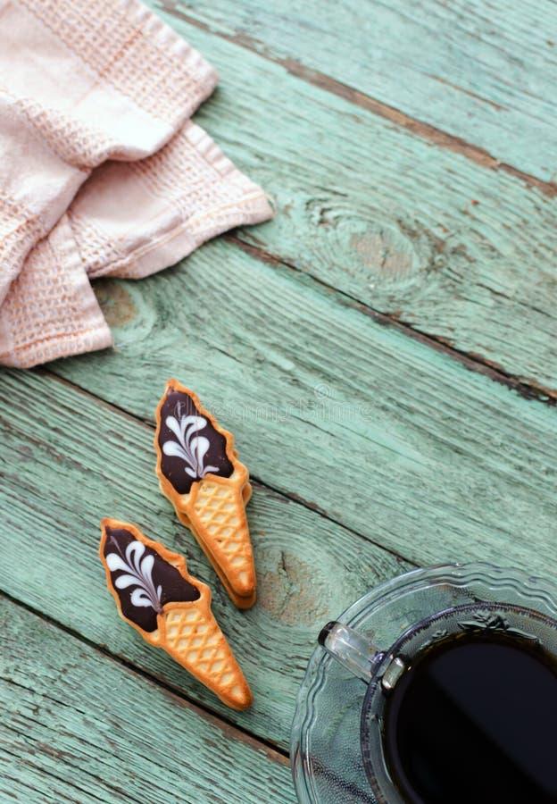 Taza de café con las galletas en el tablero de madera de la turquesa vieja fotografía de archivo libre de regalías